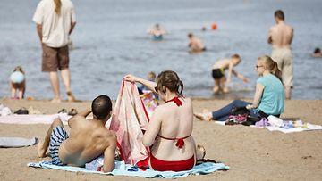 Ihmisiä Oittaan uimarannalla Espoossa 25. heinäkuuta 2015.
