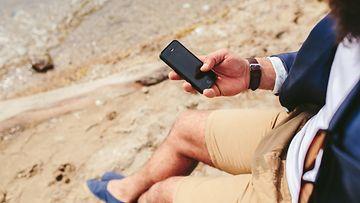 Mies käyttää iphonea