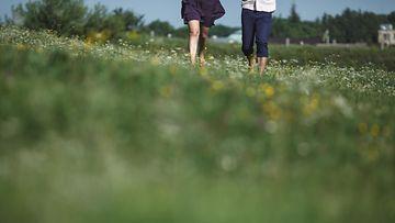 Pari kävelee paljain jalon