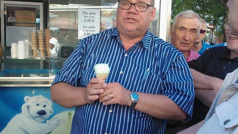Timo Soini jäätelöllä