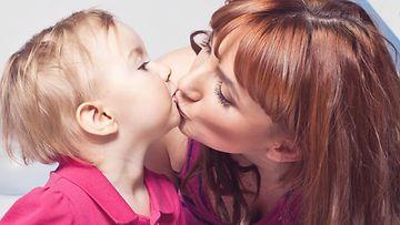 äiti, lapsi, pusu