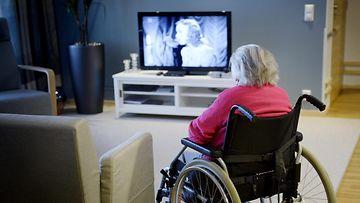 Mummo pyörätuolissa