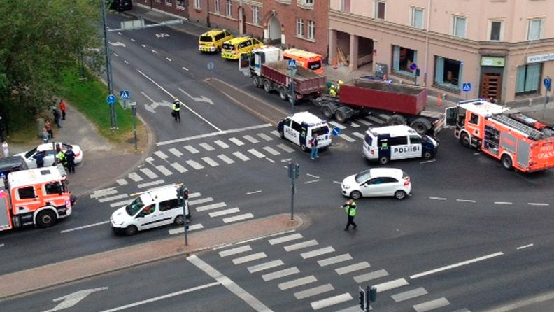 Tampere onnettomuus suojatie rekka