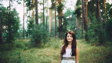 Nainen metsässä (2)