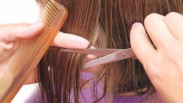 kampaaja leikkaa hiuksia