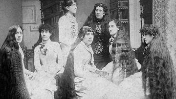 Äiti ja seitsemän tytärtä.