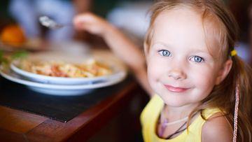 lapsi, lounas