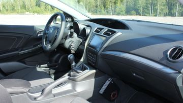 Honda Civic Tourerin ohjaimissa on mukava istua, mutta vaihdekepin ja keskikonsolin käsinojan sijoittelun voisi miettiä uudelleen.