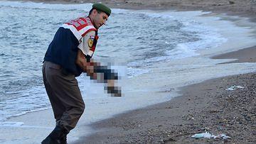 Turkkilaispoliisi kantoi rantaan ajautuneen pikkupojan ruumista Bodrumissa eteläisessä Turkissa eilen. Aylan