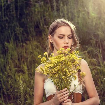 Nainen ja kukkakimppu (1)