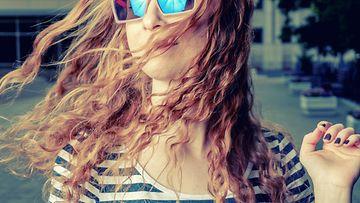 Tyttö aurinkolaseissa