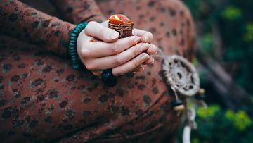 Nainen meditoi metsässä