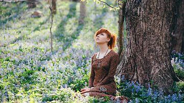 Nainen meditoi metsässä (1)