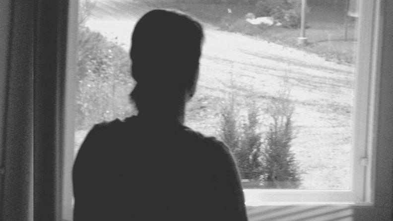 nainen_ikkunassa