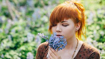 Tyttö ja kukkia
