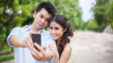 pariskunta, selfie, puistossa