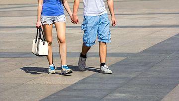 Pari kävelee käsi kädessä
