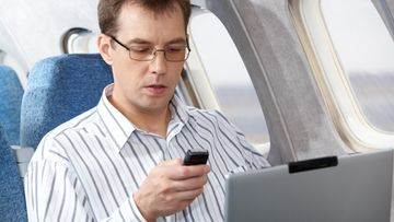 mies, lennolla, puhelin, tietokone