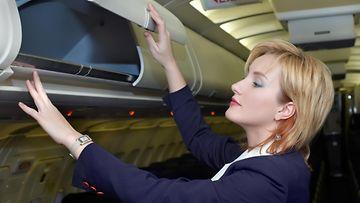 lentoemäntä, koneessa