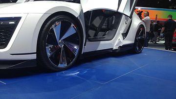 Auto on valmistettu kokonaan hiilikuidusta.