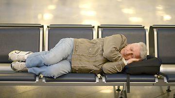 mies, nukkua, lentokenttä