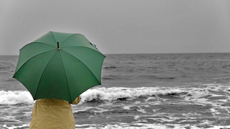 nainen_ranta_sateenvarjo