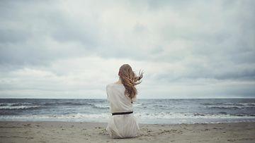 nainen yksin rannalla (1)