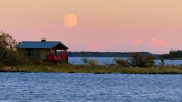 Superkuu nousee Lohtajalla 26. syyskuuta 2015. Kuva: Matti Hietala