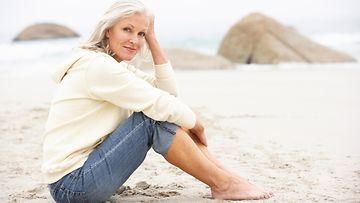nainen, rannalla
