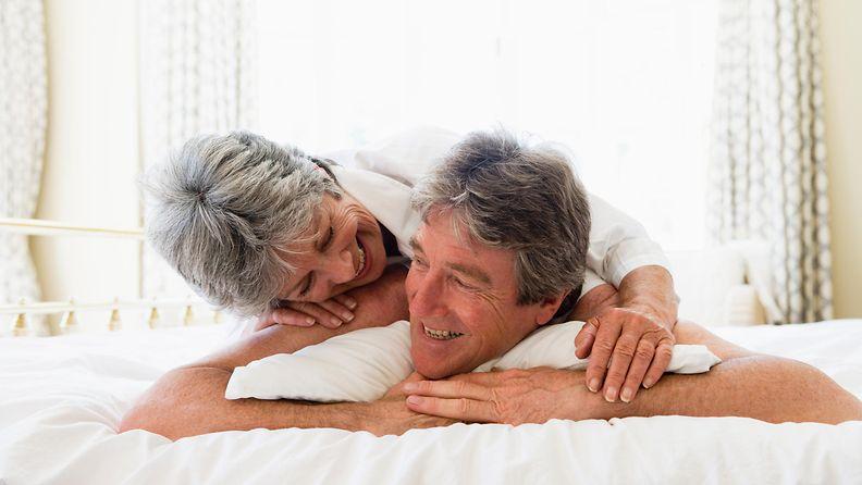 pariskunta, sängyssä, iloinen