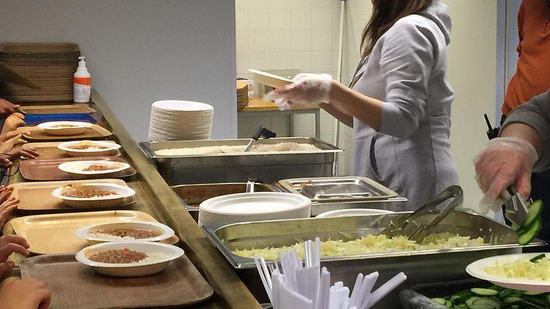 Hiukkavaaran hätämajoitusyksikkö ruokala turvapaikanhakijat ruoka protesti