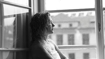 nainen_ikkuna