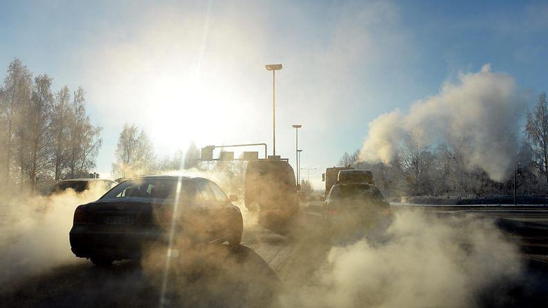 Ilma on paksuna autojen pakokaasusta Lahdessa pakkaspäivänä 23. tammikuuta 2014.