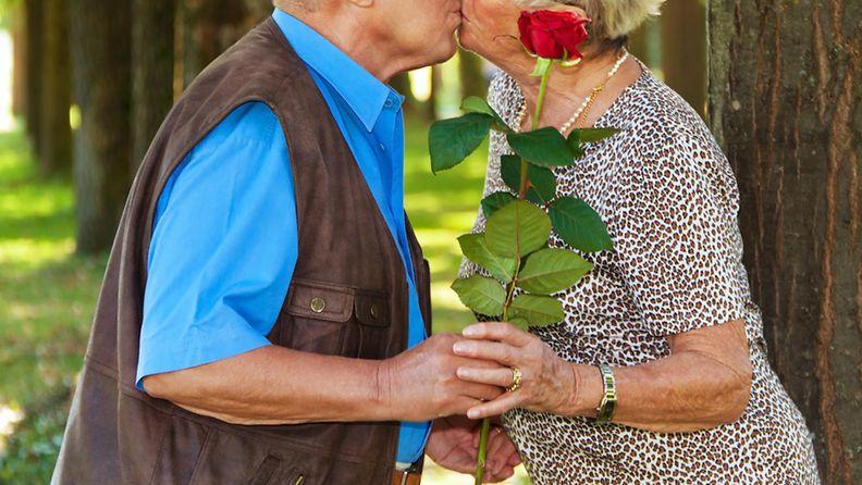 Eläkeläispari suutelee