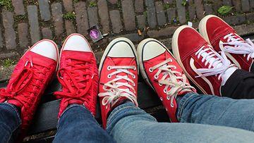nuoret, kengät, lenkkarit
