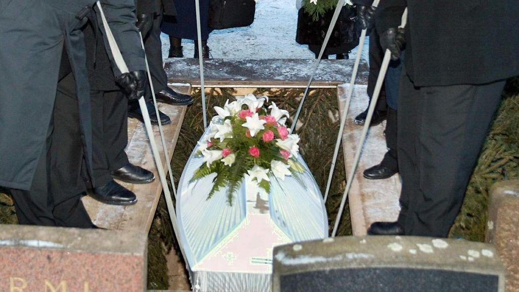 Youtubessa emiliapappi jakaa neuvoja hautajaispäivään videolla