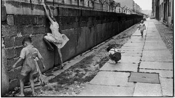 2201-the-berlin-wall-west-berlin-west-germany-1962-henri-cartier-bresson