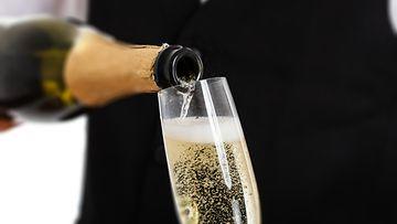 Samppanjan kaataminen lasiin
