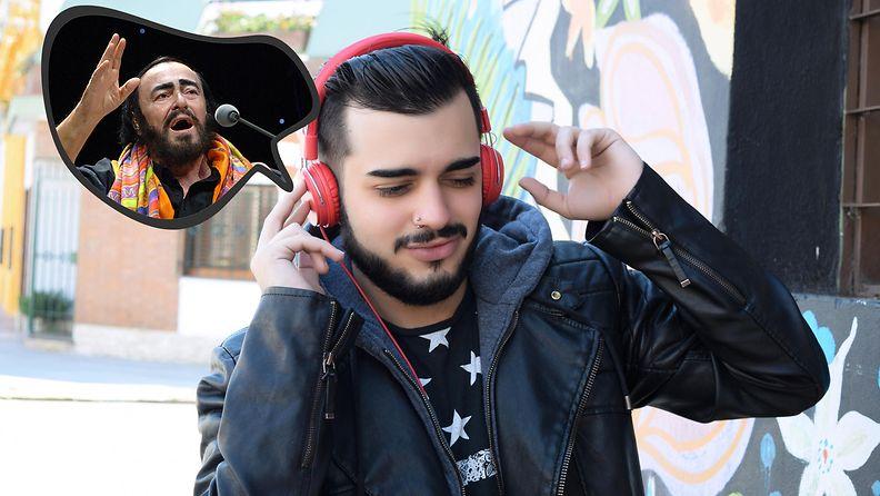 Mies kuuntelee Luciano Pavarottia
