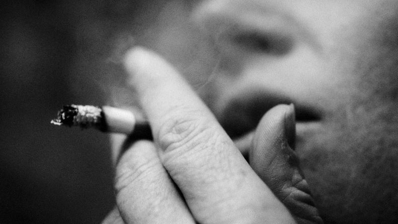 mies, tupakka, tupakointi