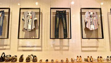 Vaatteita kaupassa