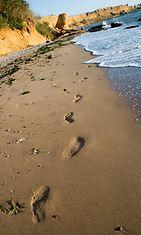 Nainen rannalla yksin
