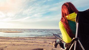 Nainen rannalla yksin (1)