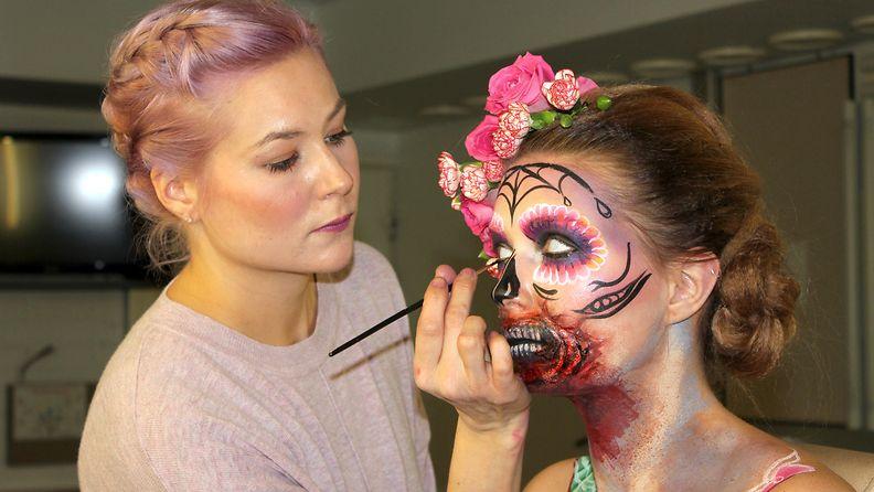 Emma Räsänen teki pikavauhtia Sugar Skull -meikin.
