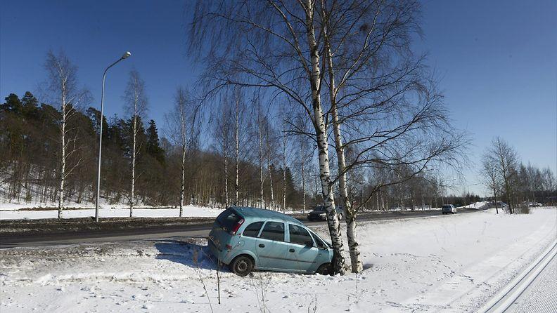 Auto päin puuta