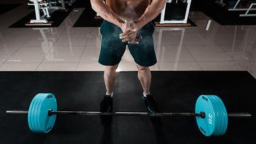 Mies nostaa painoja (1)