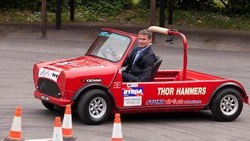 Entinen F1-kuljettaja David Coulthard taitoajoradalla.