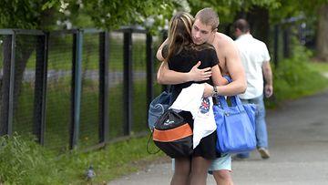 Nainen ja mies halaavat Jekaterinburgissa 28. toukokuuta 2015.