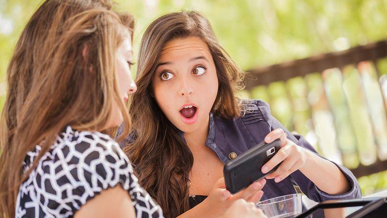 Naiset juttelevat (2)