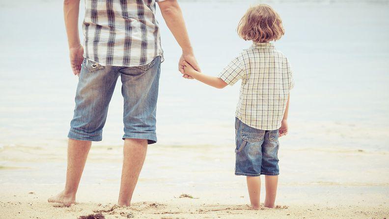 isä ja lapsi, rannalla